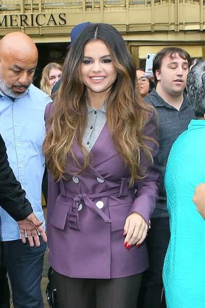 Longueurs wavy et ombré hair pour Selena Gomez.
