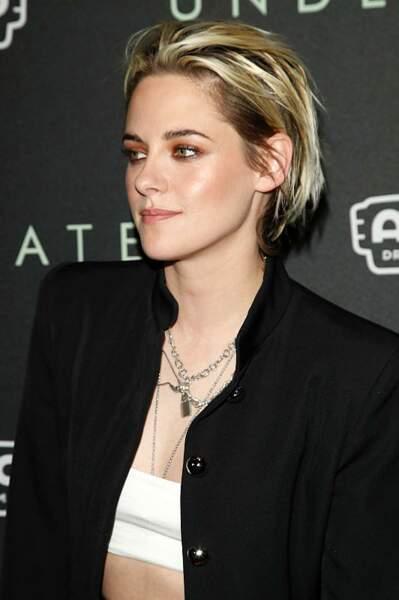 Carré court et cheveux plaqués en arrière pour Kirsten Stewart.
