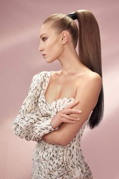 Incontournable en 2020, la queue de cheval haute est parfaite sur une chevelure très longue (chez Vog Coiffure).
