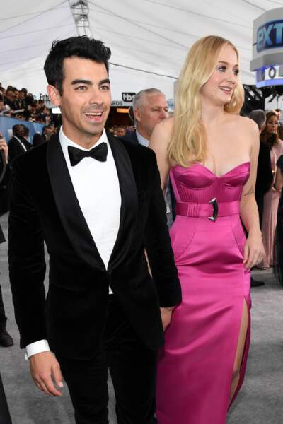Joe Jonas en costume Boss avec sa femme, l'actrice Sophie Turner en Louis Vuitton.