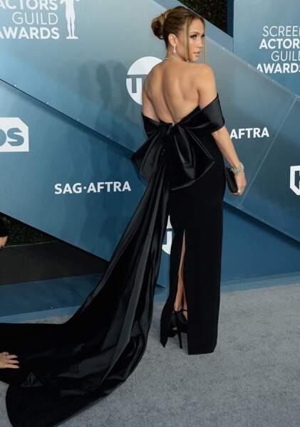 Jennifer Lopez a choisi  une robe longue noire, au décolleté bustier et à la longue traine.