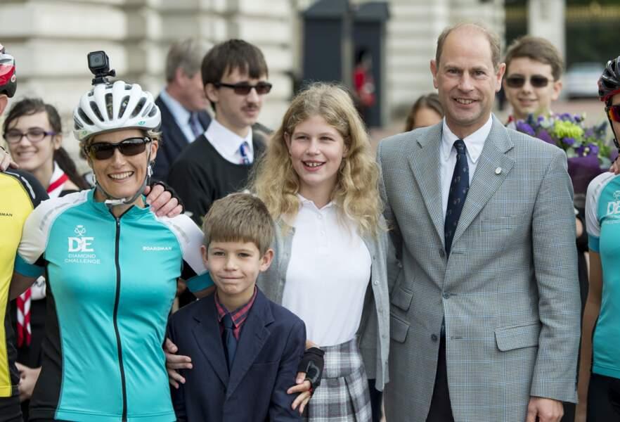 Sophie Rhys-Jones accueillie par son mari le prince Edward et leurs enfants Lady Louise et James Alexander Philip Theo Mountbatten-Windsor au palais de Buckingham  après avoir participé à une course caritative, le 25 septembre 2016