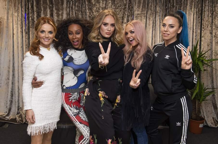 16 juin 2019 : Adele débarque métamorphosée lors d'une rencontre avec les Spice Girls au stade de Wembley à Londres. La chanteuse a perdu une dizaine de kilos en adoptant une hygiène de vie plus saine pour son enfant, Angelo.