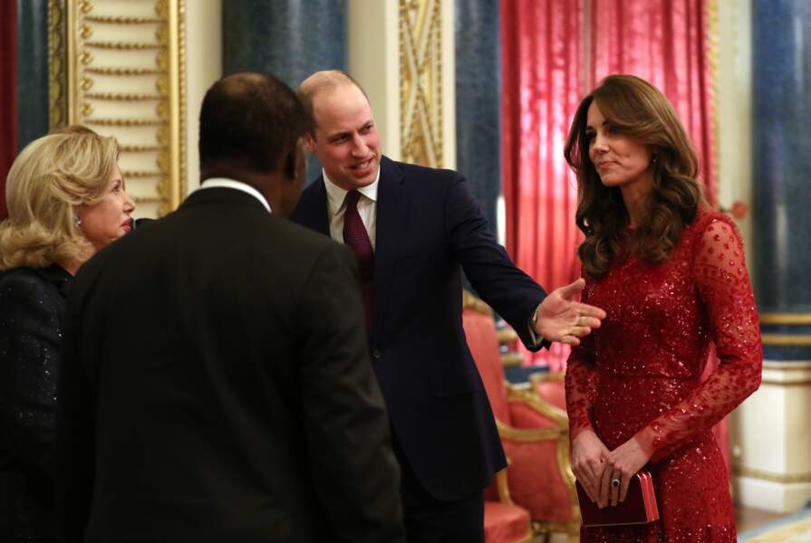 Kate Middleton rayonnante dans une robe rouge à 535 €, une couleur très tendance.