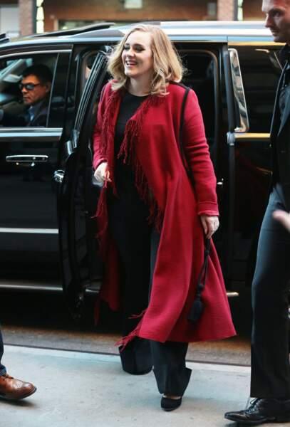 20 novembre 2015 : Jolie avec son look casual, la chanteuse Adele est très souriante face à ses fans à New York.