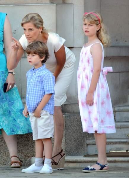 Sophie de Wessex et ses enfants au palais de Buckingham pour accueillir la flamme olympique à Londres, le 26 juillet 2012