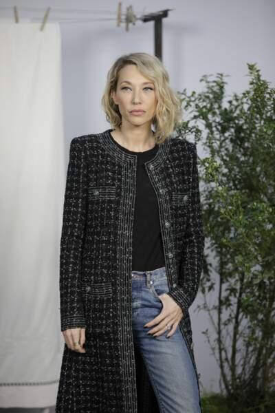 Laura Smet très chic avec une veste longue en tweed Chanel.