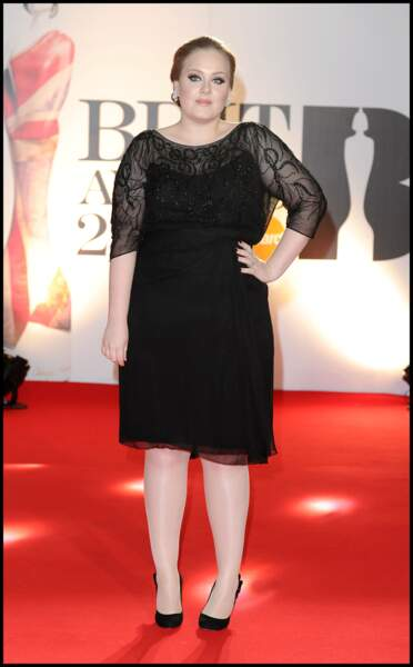 """2011 : Adele, classe et élégante lors des Brit Awards à Londres ou elle interprète """"Someone Like you"""". Son look change avec les cheveux noués en chignon, le vernis noir, l'eyeliner."""