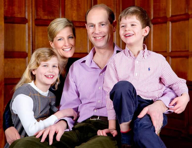 Le prince Edward et son épouse Sophie de Wessex posent avec leurs enfants Louise et James à Londres, le 9 Mars 2014