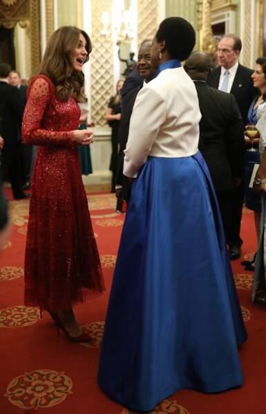 Kate Middleton continue de moderniser son style avec cette robe scintillante rouge.