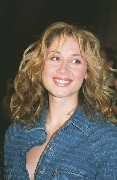 2001 : Lara Fabian porte un total look jeans très à la mode dans les 2000's aux Music Awards à Monaco. Le début du blond et du volume pour la belle qui a 31 ans.