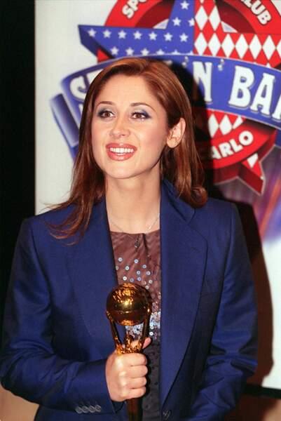 1999 : Lara Fabian a les cheveux couleurs cuivre et porte un maquillage très prononcé pour la cérémonie des Word Music Awards. Un look voyant qu'elle quittera rapidement pour laisser place au naturel.