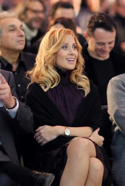 3 décembre 2012 : Très naturelle, Lara Fabian semble avoir une cascade d'or en guise de cheveux. Elle se trouve aux enchères des Frimousses de créateurs au Petit Palais à Paris.