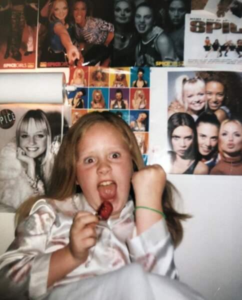 La chanteuse Adele lorsqu'elle était enfant, déjà fan des Spice Girls. Elle est née le 5 mai 1988 à Londres.