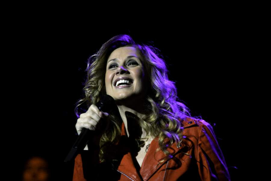 """19 mai 2009 : Lara Fabian tout de rouge vêtu en concert au Palais Nikaia à Nice. À 39 ans, la chanteuse sort l'album """" Toutes les femmes en moi """", composé uniquement de reprises de chanteuses. Pour cet album, elle remporte un disque de platine en France."""