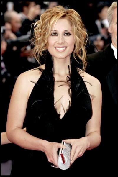 2004 : Lara Fabian présente pour le 57e festival du Film de Cannes. La chanteuse était présente à l'occasion d'un film musical retraçant la vie de Cole Porter dans lequel elle apparaît. Pour cet événement, la belle ose le décolleté dans cette longue robe noire.