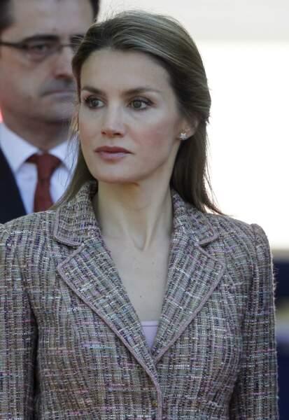 Mai 2013 : La princesse Letizia d'Espagne remise la demi-queue de cheval, à une cérémonie militaire à Madrid.