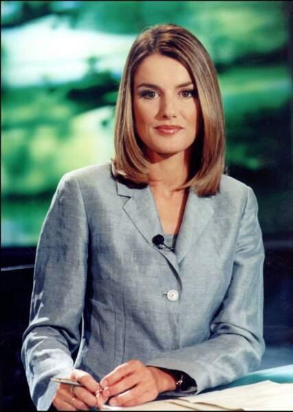 2003 : Letizia Ortiz est fiancée au futur roi d'Espagne. Elle porte un carré long typique des années 2000 et a éclairci ses cheveux, ce qui annonce le début de changements capillaires réguliers.
