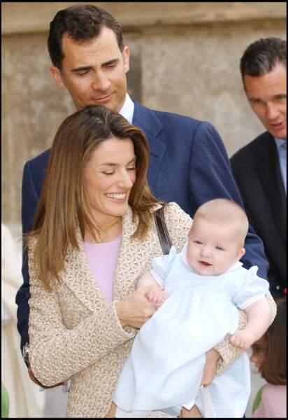 2006 : Le prince Felipe et la princesse Letizia en compagnie de leur fille Leonor, quelques mois après sa naissance. La princesse Letizia a très vite retrouvé la ligne.