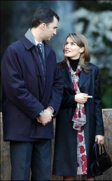 2004 : Le couple royale fête les 36 ans du prince Felipe au monastère de Covadonga. La princesse Letizia a les cheveux mi-long, châtains, et porte une tenue simple, mais élégante.