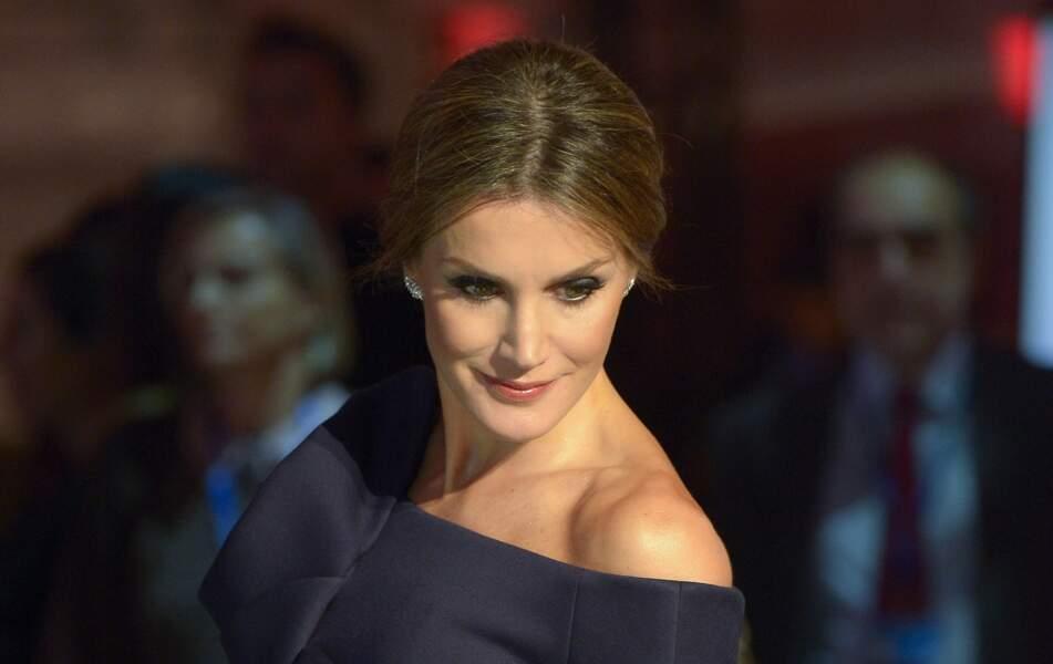 Décembre 2017 : Letizia d'Espagne participe au 50e anniversaire des AS Sports Awards au Palais de Cybèle à Madrid. À 44 ans, elle est aussi sophistiquée que moderne.