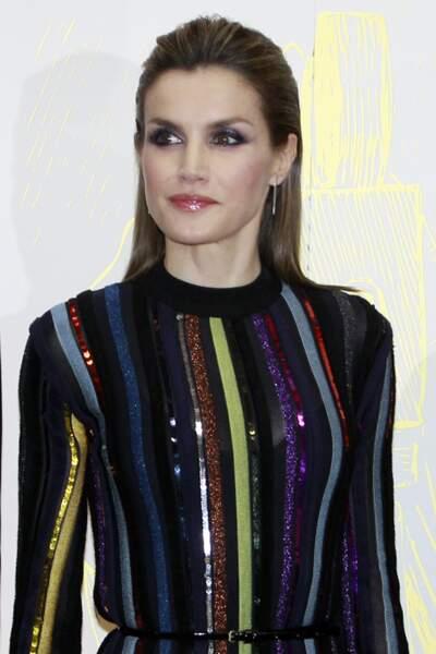 """Décembre 2016 : La reine Letizia d'Espagne est magnifique aux """"International Journalist Awards"""" à Madrid. On ne saurait dire ce qui est le plus moderne, la robe à paillettes signée Nina Ricci ou le look glam-rock accentué par sa coupe de cheveux ?"""