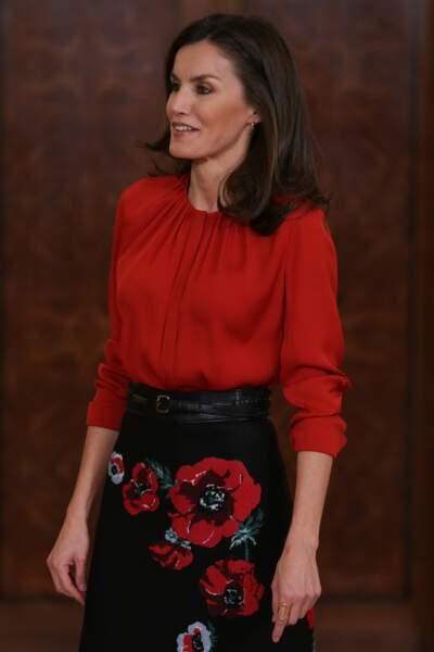 14 janvier 2020 : La reine Letizia d'Espagne a misé sur une jupe noire à fleur de longueur midi, de la designer Carolina Herrera. Toujours aussi sublime dans cette jupe recyclée, elle porte également une jolie blouse Hugo Boss pour recevoir les membres de la Fédération des distributions de films.