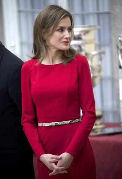 """Décembre 2013 : Sublime dans cette robe rouge, Letizia d'Espagne renoue avec les cheveux châtains lors de la cérémonie de remise des """" National Sports Awards 2013."""""""