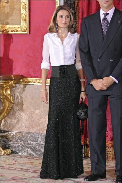 2008 : La princesse Letizia d'Espagne, plus longiligne que jamais, porte une sublime jupe ceinturée à la taille. Elle collectionne déjà les looks graphiques et noir et blanc.