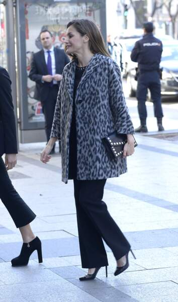 La reine Letizia d'Espagne adore le léopard, comme ce manteau signé Hugo Boss.