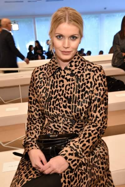 Très stylée, Lady Kitty Spencer porte ce sublime trench à l'imprimé léopard lors de la Fashion Week de Milan en septembre 2019.
