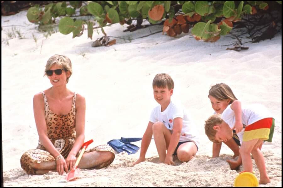 En 1990, la princesse Lady Diana portait déjà une robe fluide léopard accompagnée de ses enfants sur une plage des Iles Vierges.