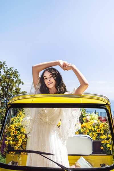 Solaire et souriante, Deva Cassel pose pour la première en tant que mannequin pour cette nouvelle campagne Dolce & Gabbana.