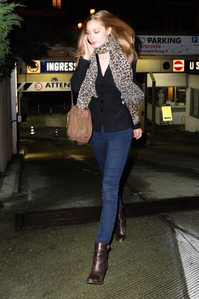 Beatrice Borromeo lors d'une soirée à Milan en mars 2014. Elle porte un foulard au motif léopard.