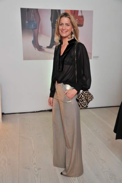 La princesse Tatiana de Grèce porte une tenue très branchée, rehaussée par un sac léopard ainsi qu'un pantalon métallisé en 2013.