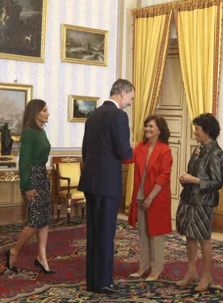 La reine Letizia d'Espagne porte une nouvelle fois cette jupe à l'imprimé léopard puisqu'elle la portait déjà en 2017. La jupe vient de la maison Roberto Verino.