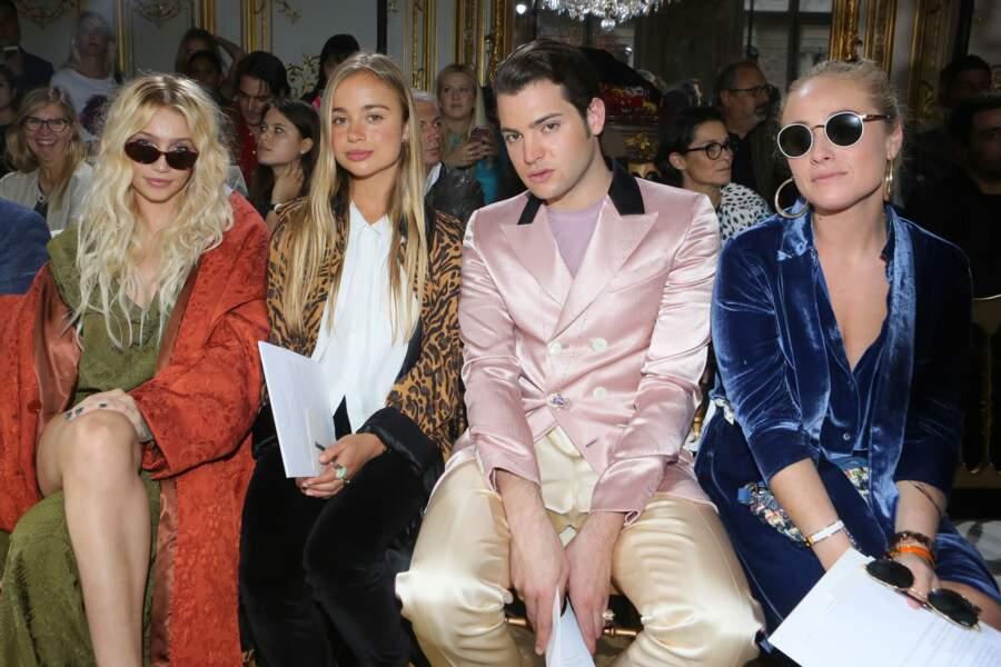 Amelia de Windsor est accompagnée de Cailin Russo (gauche) lors du défilé de John Galliano pour la collection printemps/été 2018.