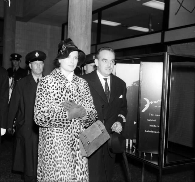 La princesse Grace de Monaco, symbole d'élégance, portait un beau manteau léopard alors qu'elle était en visite à Londres aux côtés de son époux, le prince Rainier.