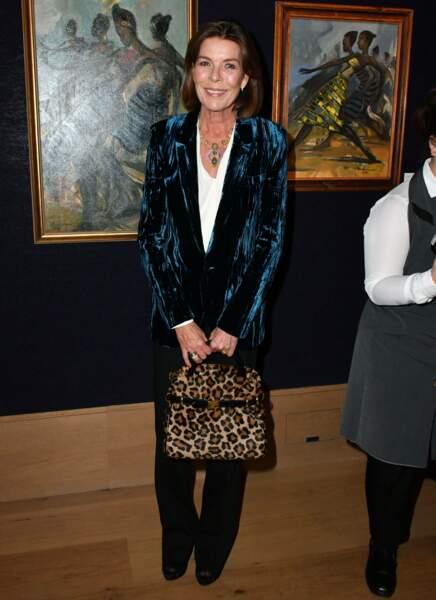 Caroline de Monaco porte un style plus excentrique qu'à son habitude lors d'une exposition consacrée au Congo à Londres. En 2018, elle adopte le léopard par petites touches avec ce sac à mains.
