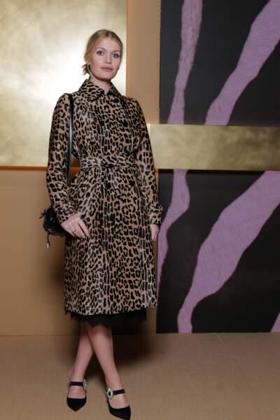 Lady Kitty Spencer porte un long manteau léopard pour le défilé Tod's lors de la Fashion Week de Milan en septembre 2019.