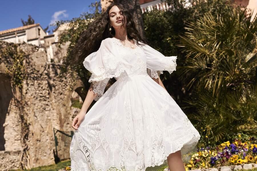 Deva Cassel, 15 ans, pose dans une robe blanche éthérée, ses longs cheveux bouclés au vent dans cette campagne shootée sur le Côte Amalfitaine en Italie.