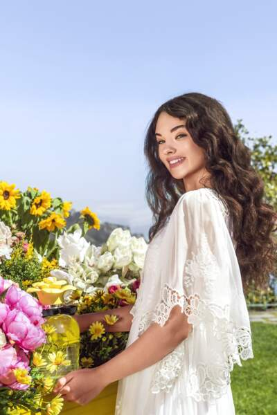 Deva Cassel incarne le parfum Dolce Shiny de Dolce & Gabbana, un bouquet printanier et très solaire.