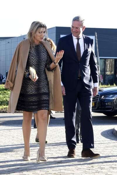 La reine Maxima est vêtue d'une robe à imprimé léopard Natan, sous un manteau beige alors qu'elle se trouve au Costa Rica en décembre 2018.