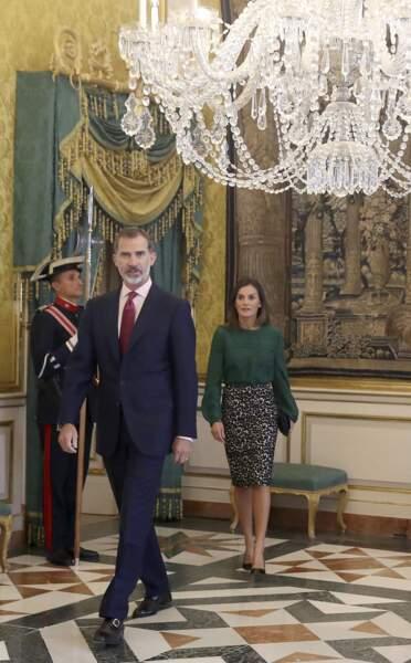 Le roi Felipe VI et la reine Letizia d'Espagne quelques minutes avant la réunion du conseil d'administration de l'Institut Cervantes au Palais-Royal le 8 octobre 2018. La reine porte une jupe à motif léopard noir et blanc.