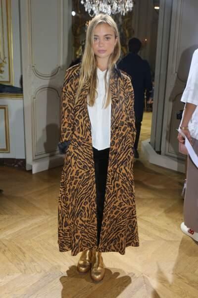 Amelia de Windsor porte un long manteau léopard pour la Fashion Week de Paris à l'hôtel, Le Marois, en octobre 2017. Elle décale son look avec un masculin/féminin parfaitement accordé et rehaussée par une bottine doré.