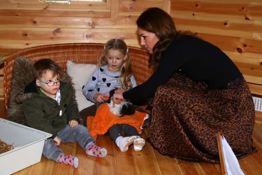 Kate Middleton porte pour la première fois un imprimé léopard de ce style, provoquant un véritable buzz.