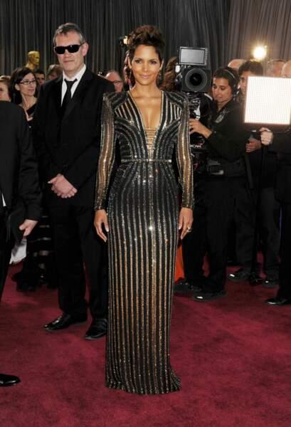 Halle Berry est arrivée aux Oscars de 2013 avec une création signée Versace