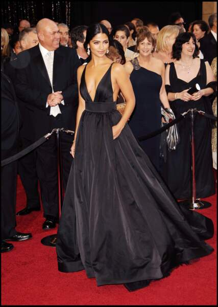 Camila Alves est sublime dans cette robe carbone au décolleté plongeant de Kaufman franco pour les Oscars de 2011