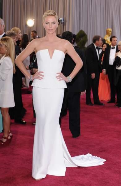 Charlize Theron en robe blanche Dior Haute Couture pour la cérémonie des Oscars en 2013