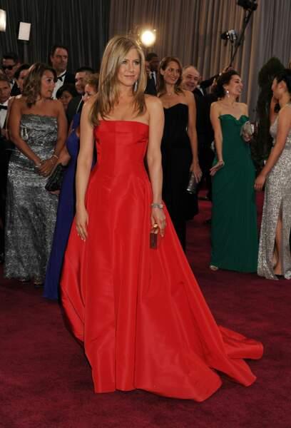Jennifer Aniston éblouissante dans une robe rouge signée Valentino pour la cérémonie des Oscars en 2013